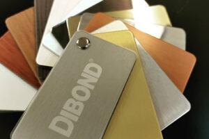 Échantillons des différentes couleurs et matières du Dibond. Une matière idéale pour la signalétique ou décoration fait en plastique prit en sandwich entre deux fines plaques d'aluminium.
