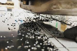 Machine CNC en cours de fraisage / usinage / découpe de précision sur une plaque en dibond
